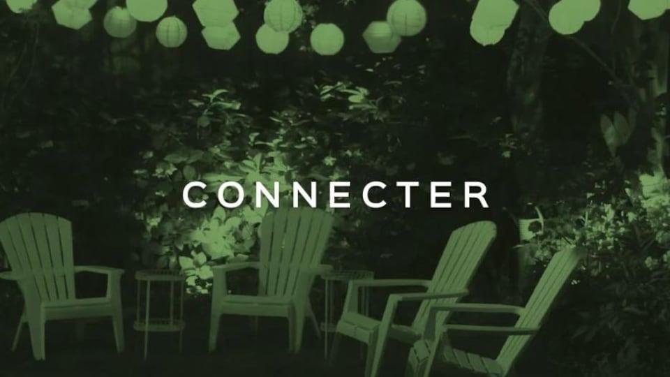 Quatre chaises d'extérieur, la nuit, entourée d'arbres