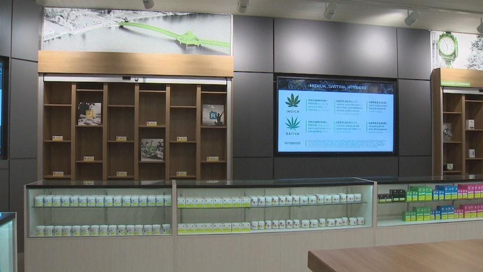 Des étalages de produits dans un magasin de Cannabis Nouveau-Brunswick