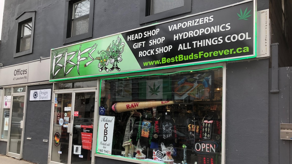 La devanture d'un magasin Best Bud Forever à Mississauga.
