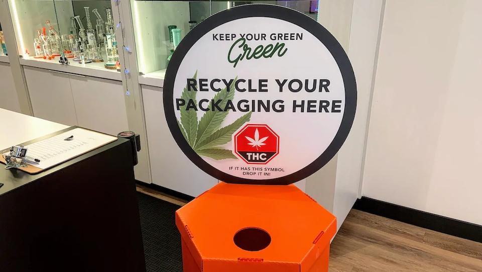 Un bac à recyclage de produits à base de cannabis.