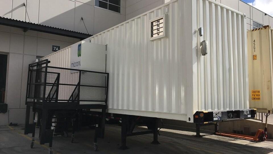 Un conteneur de livraison avec des escaliers.