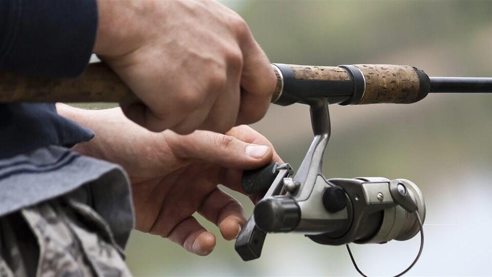 Une personne en train de pêcher.