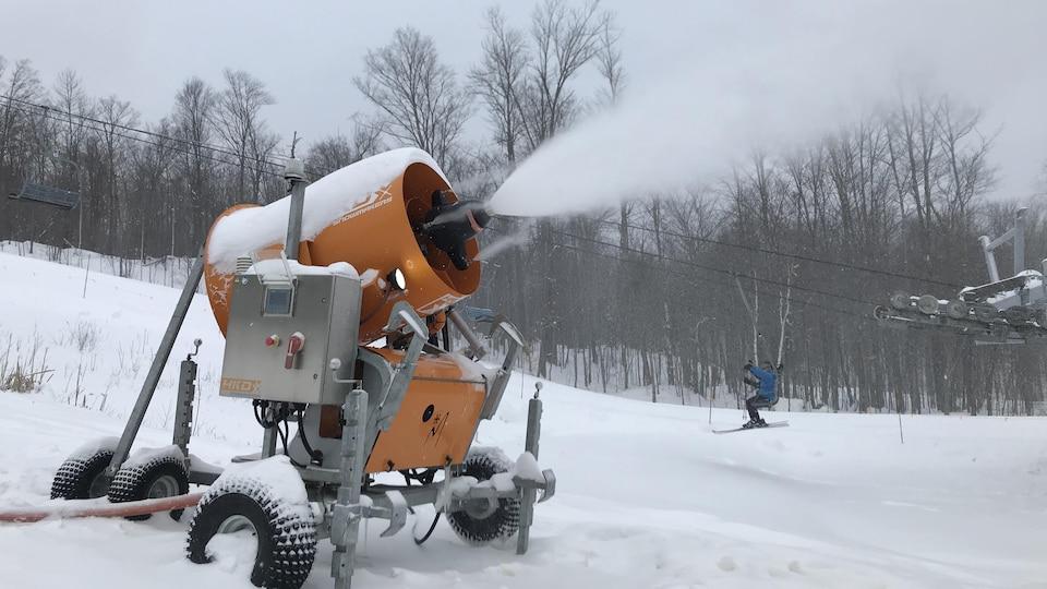 Un canon à neige en fonction.