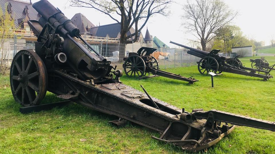 Des canons derrière le manège militaire