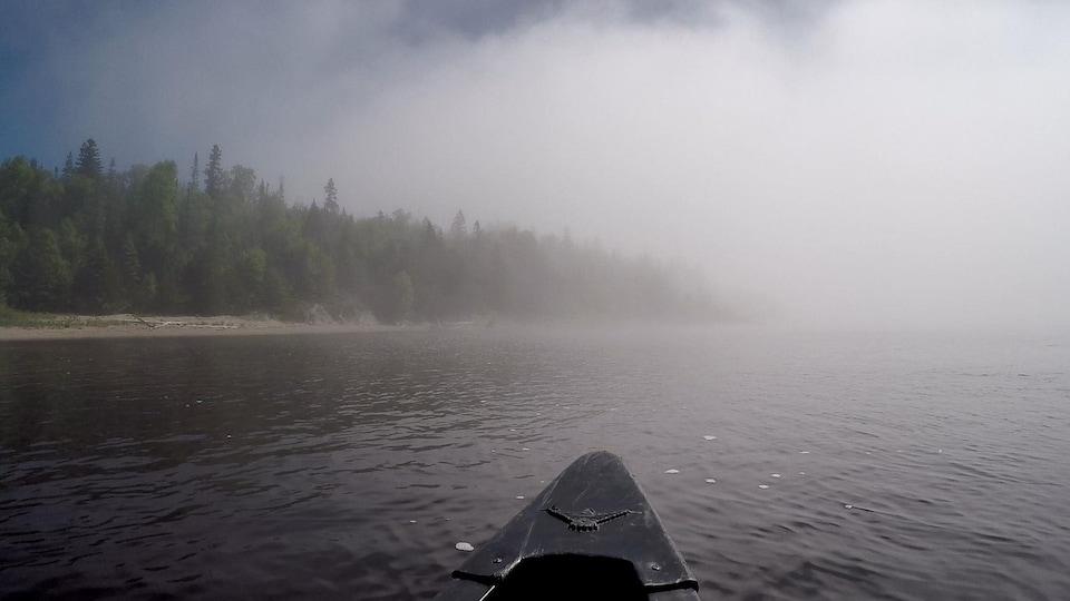 Vue du canot et de la brume sur le lac