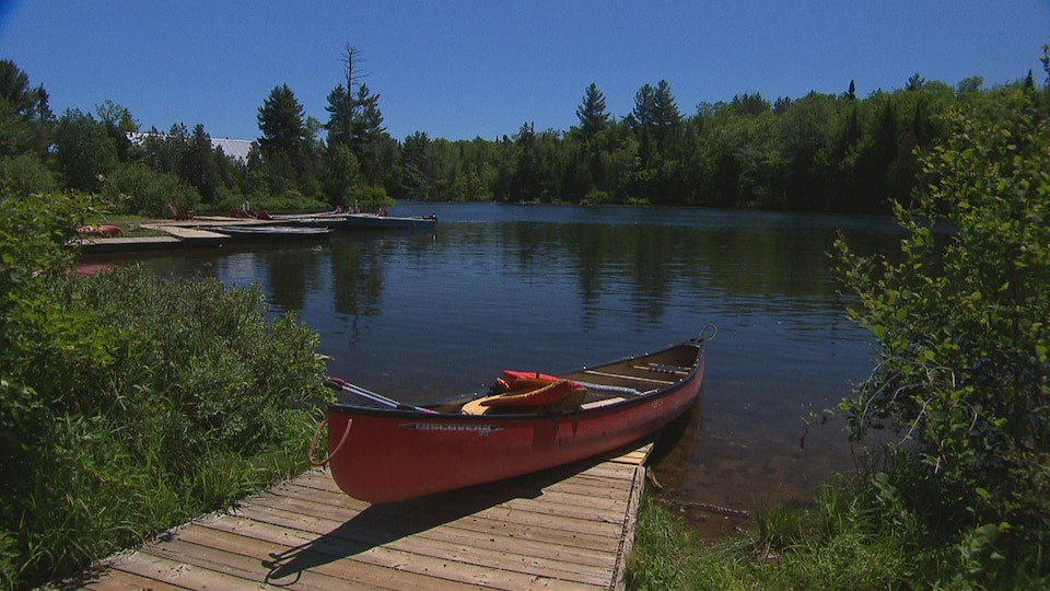 Un canot à quai au camp Minogami
