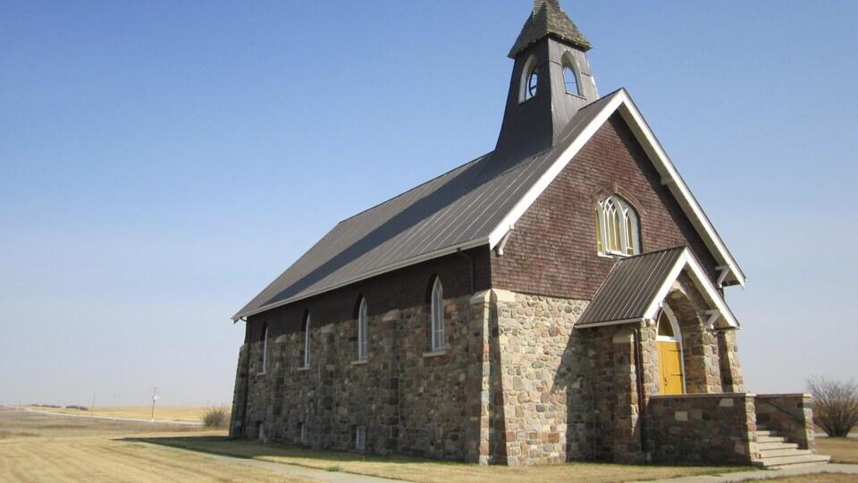 Une église de pierre au milieu d'un champ