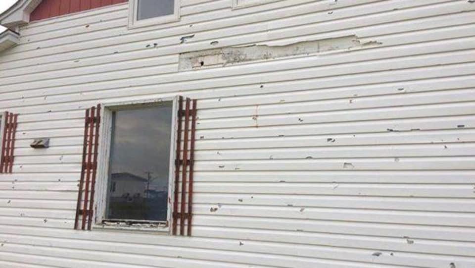Le revêtement de la maison est constellé de trous faits par les grêlons