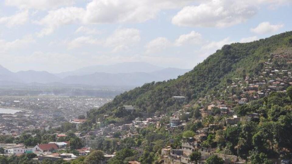 Photo de la ville vue des montagnes.