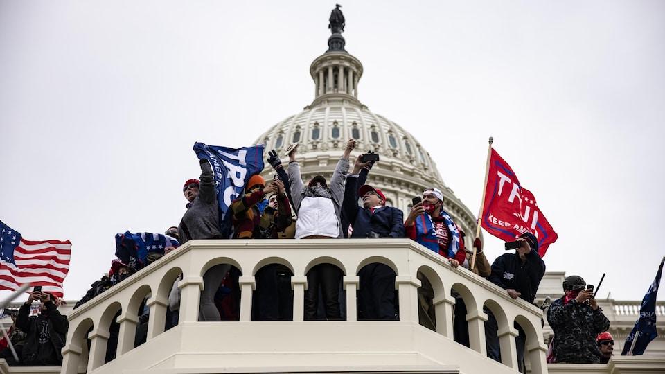 Des partisans de Donald Trump prennent d'assaut le Capitole.