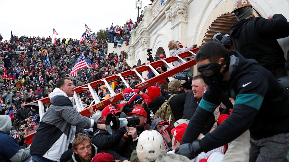 Des partisans de Donald Trump à l'assaut du Capitole.