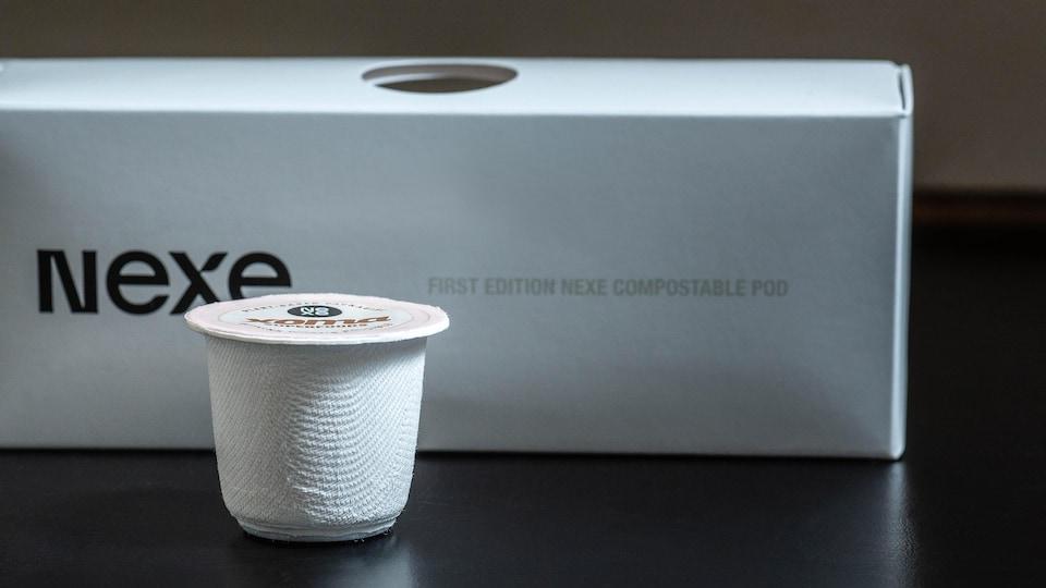 Une capsule de café compostable.