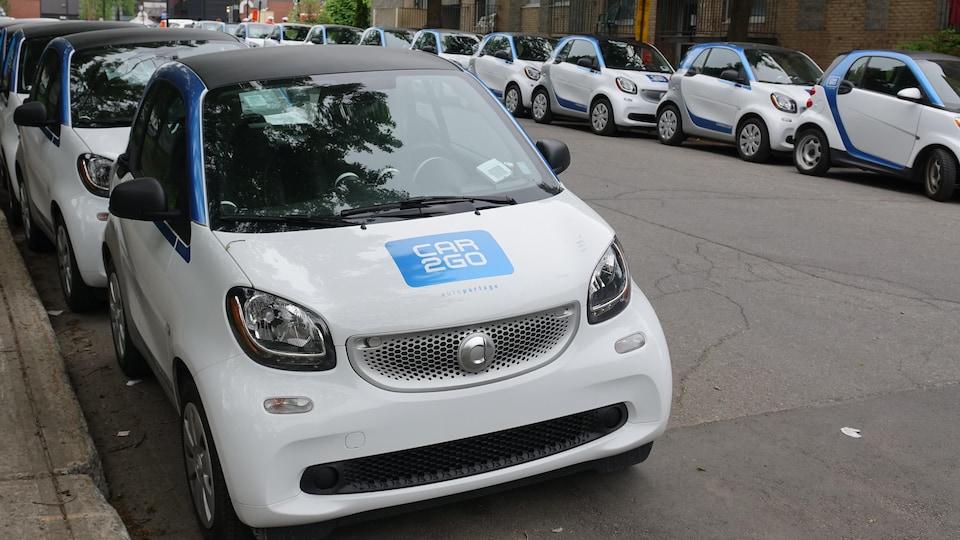 Des voitures Car2Go stationnées dans une rue de Montréal