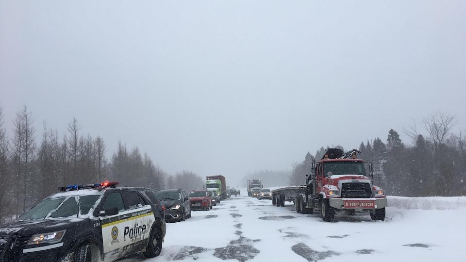 Des véhicules sur le bord de l'autoroute 40 après un carambolage près de Québec, le 15 février 2019