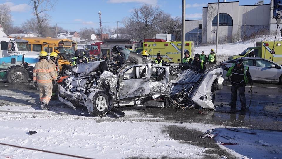 Une voiture complètement démolie par l'impact de l'accident.