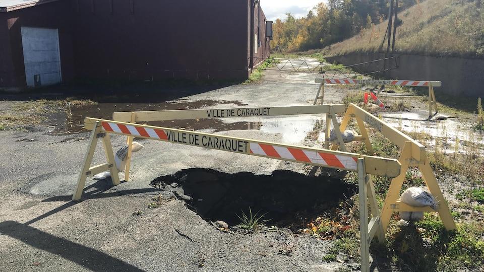 Des barricades de la Municipalité, l'automne dernier, autour de crevasses sur le terrain de Carapro