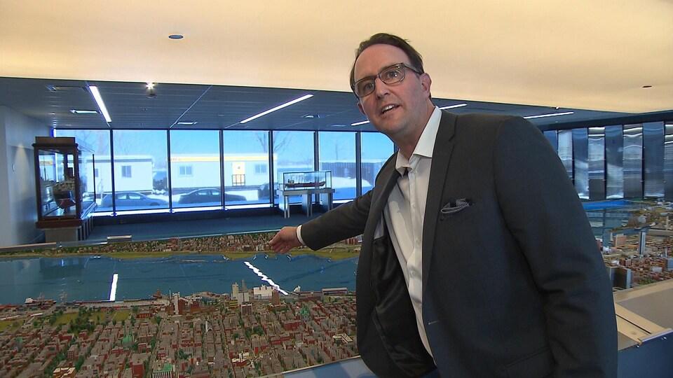Carl Boivin, directeur général de CanEst Transit, explique son projet dans le port de Montréal à l'aide d'une maquette.