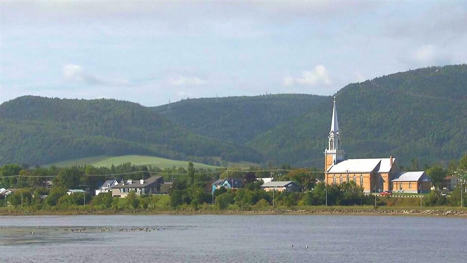 Vue de l'église de Carleton-sur-Mer en été, entre la baie et le mont Saint-Joseph.