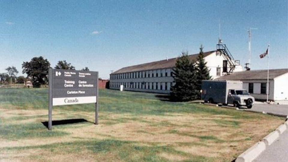 L'édifice ressemble à des baraques militaires.