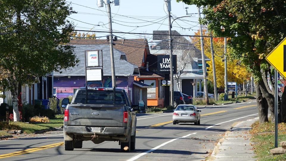 Des véhicules sur la rue principale de Carleton-sur-Mer.