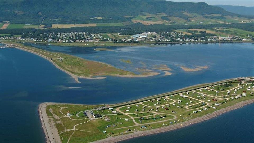 Vue aérienne du barachois de Carleton