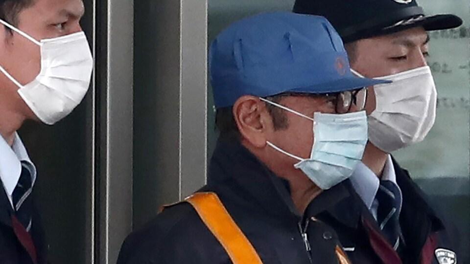 Un homme porte un masque respiratoire.