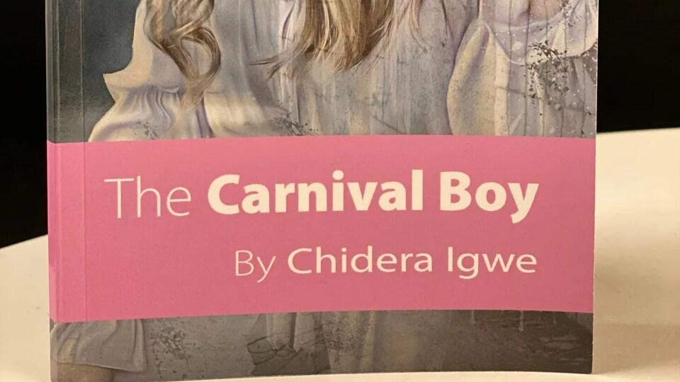 La page couverture du roman de Chidera Igwe. Une jeune fille aux longs cheveux porte une robe et tient un sablier.