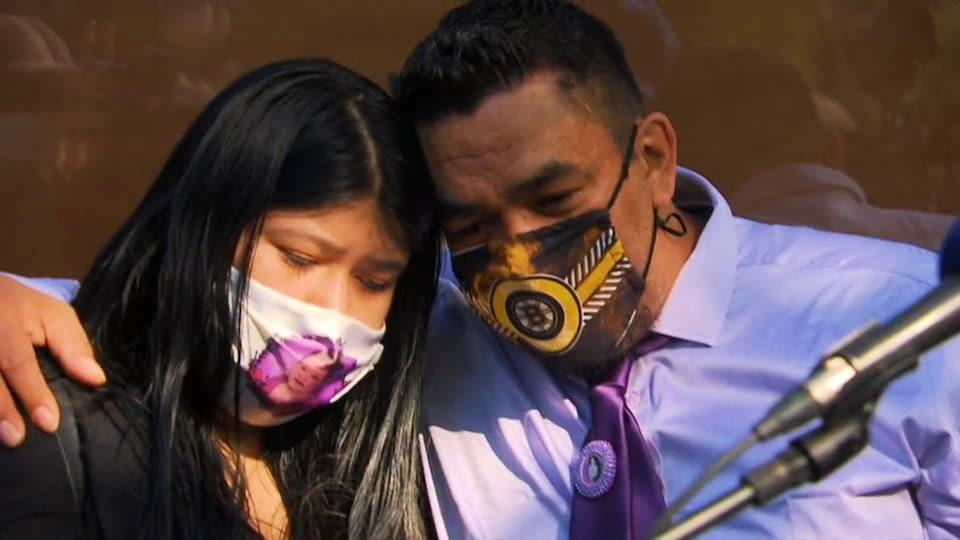 Un homme et sa fille s'enlacent lors d'un moment difficile.