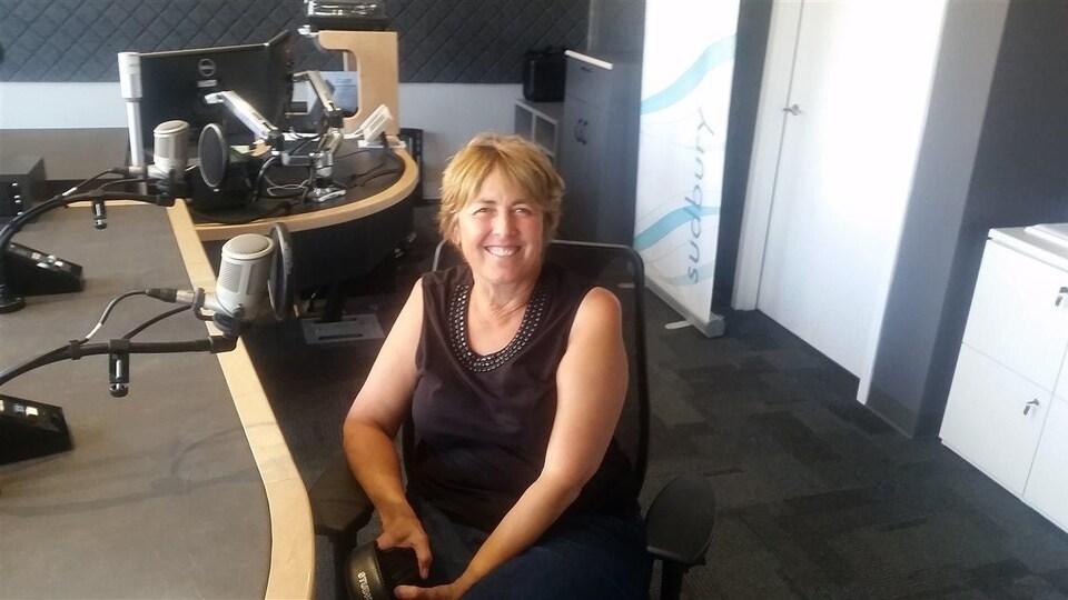 Une femme dans un studio de radio.