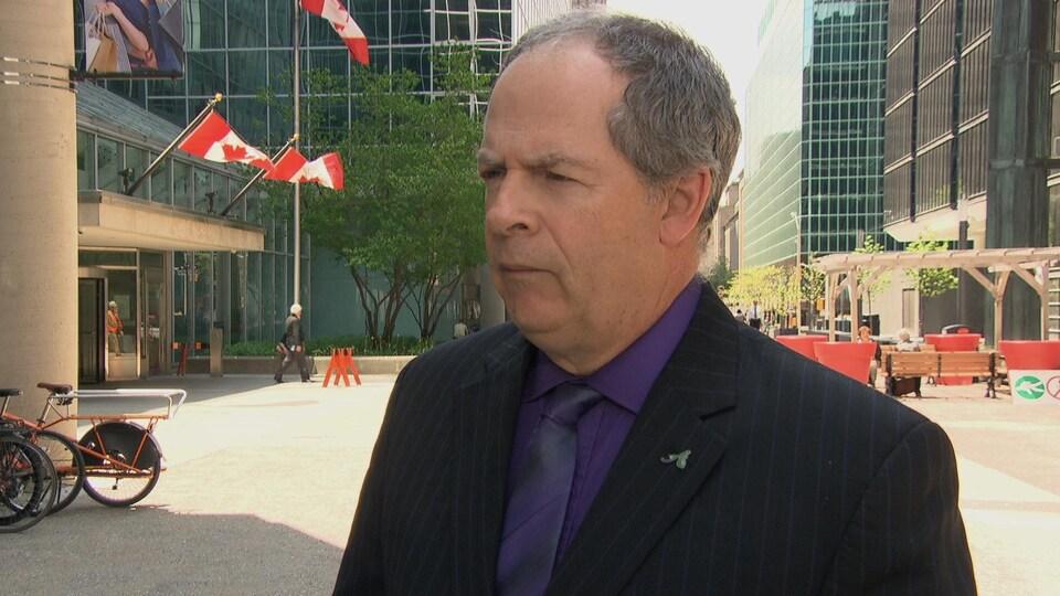 Carol Jolin donne une entrevue à l'extérieur en été, au centre-ville d'Ottawa.