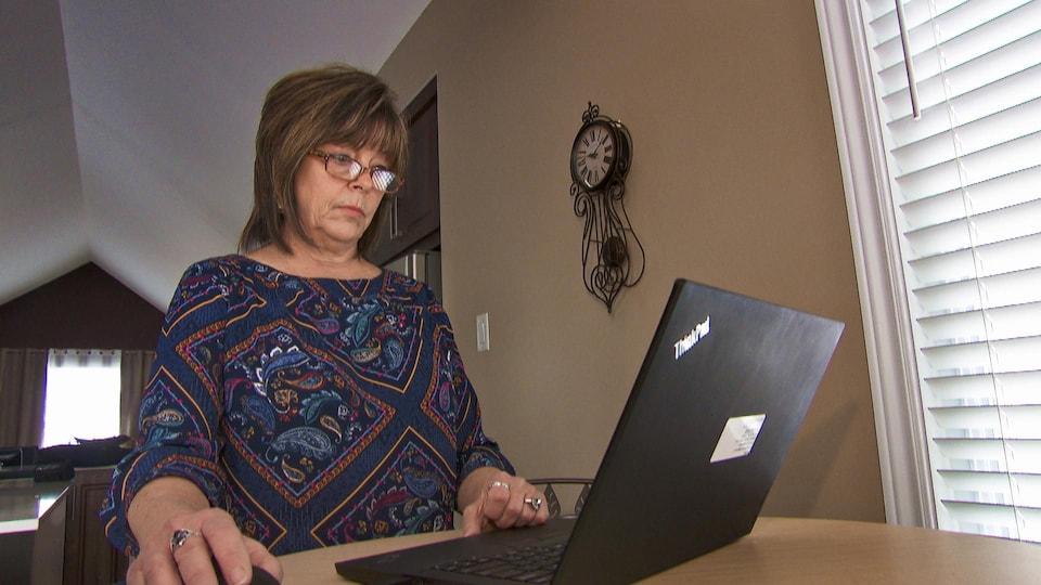 Carole Pilon utilise un ordinateur portable.