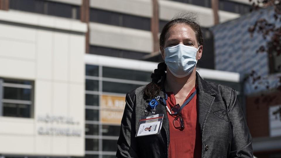 Photo de la coordonnatrice portant un masque.