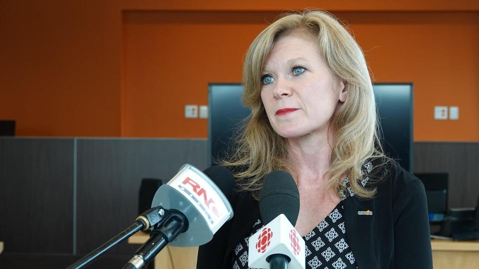 La vice-présidente de l'OACIQ répond aux questions des médias.