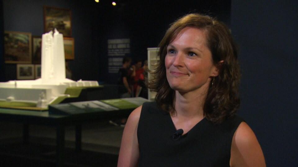 La PDG par intérim en entrevue à la caméra dans une exposition.