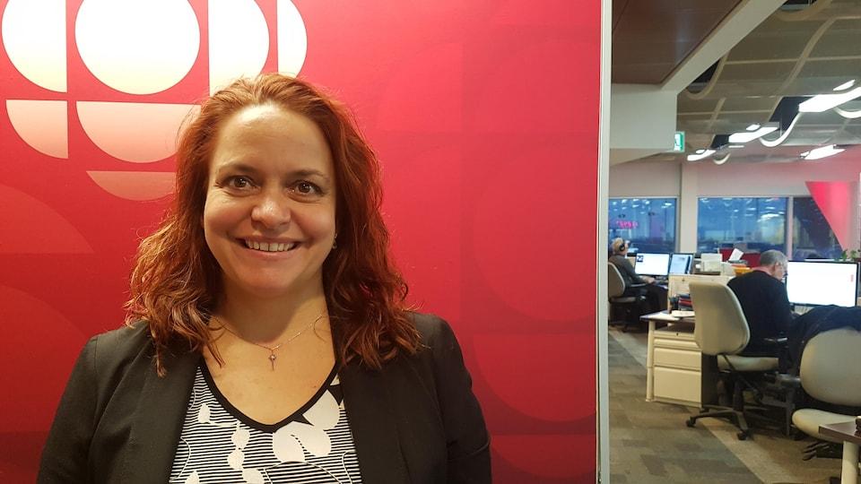 Un portrait de la directrice d'Accueil et Intégration Bas-Saint-Laurent, Caroline Houle dans les bureaux de Radio-Canada Rimouski.