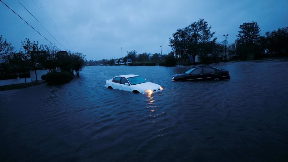 Deux voitures sont submergées par l'eau qui a complètement inondé les routes de Wilmington, en Caroline du Nord.