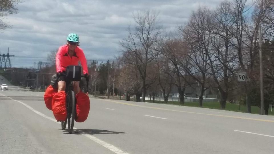 Une femme en vélo