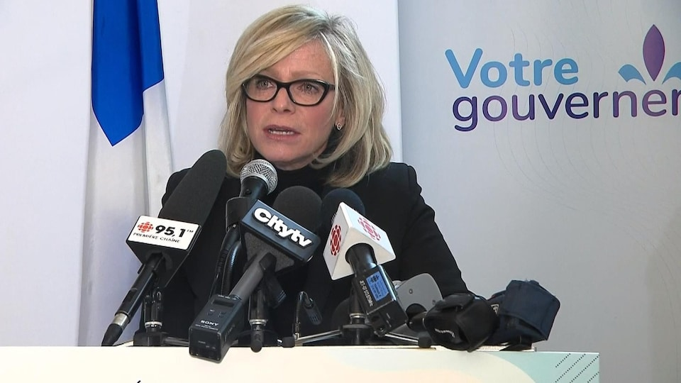 Caroline Proulx s'adresse aux journalistes.