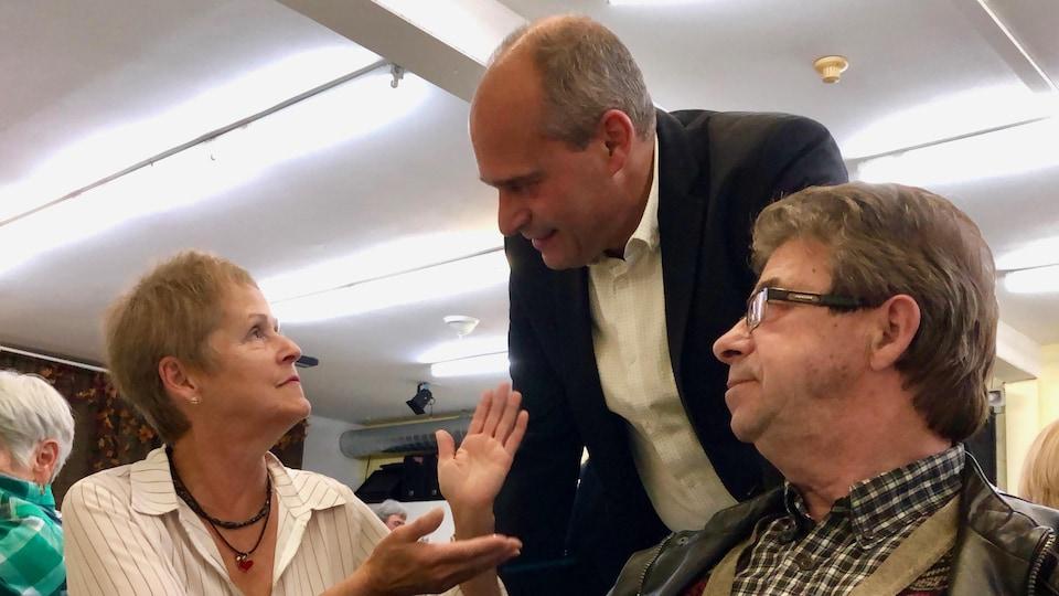 Guy Caron en discussion avec deux personnes