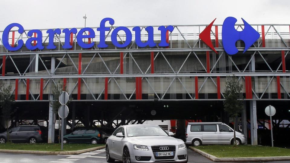 Le stationnement d'un magasin Carrefour.