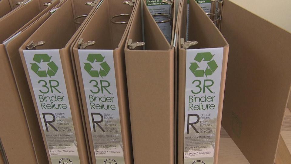 Des cartables fabriqués à partir de matières recyclées sur une tablette.