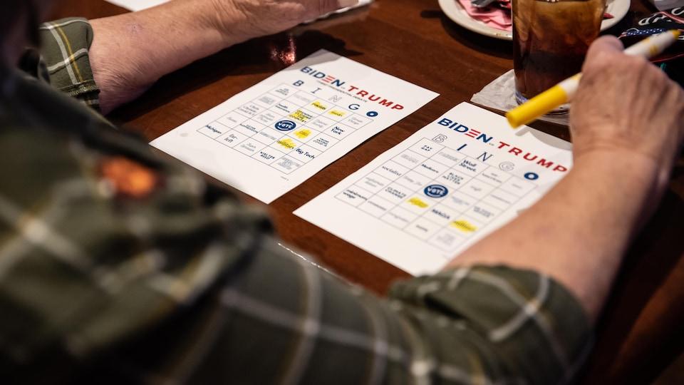 Des cartes de bingo sont installées sur une table.