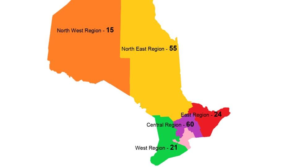 Une carte de l'Ontario qui montre que 60 personnes sont mortes dans des accidents de motoneige dans la région du Centre, 55 dans le Nord-Est, 24 dans l'Est, 21 dans l'Ouest et 15 dans le Nord-Ouest.