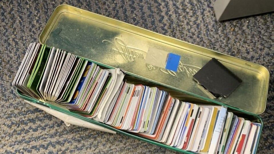 Des dizaines de cartes de crédit dans une boîte métallique.
