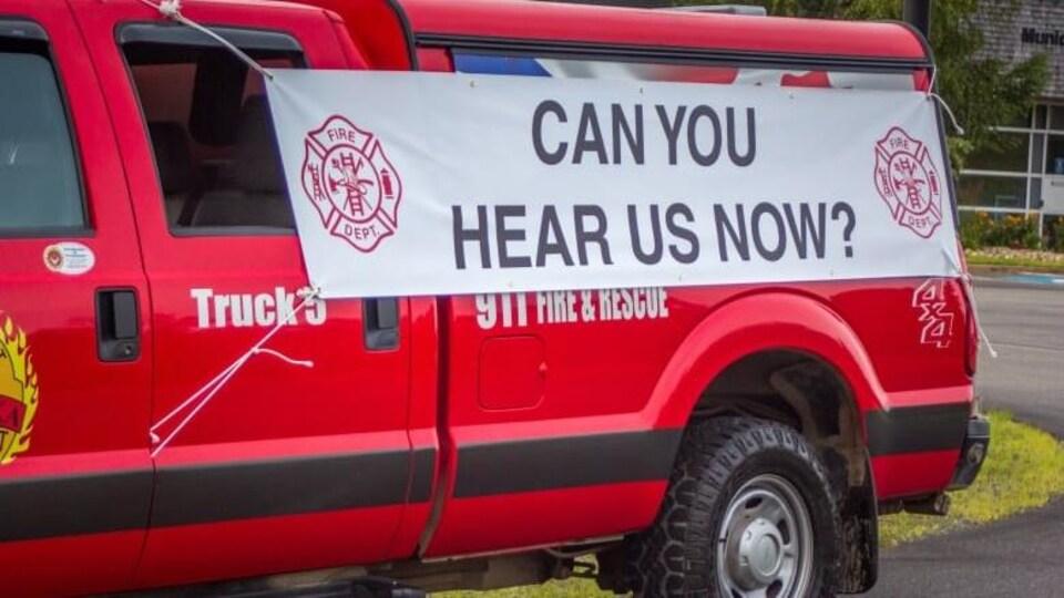 La bannière sur une camionnette de pompiers.
