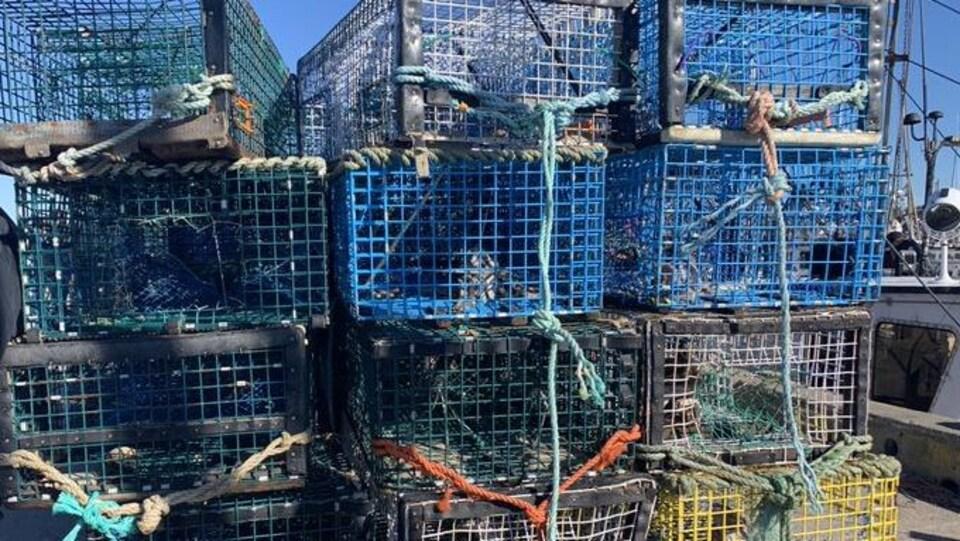 Des casiers empilés sur un quai.