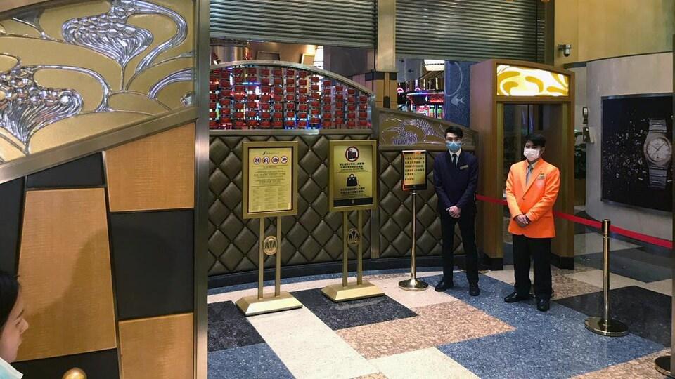 Des employés attendent les clients dans un casino.