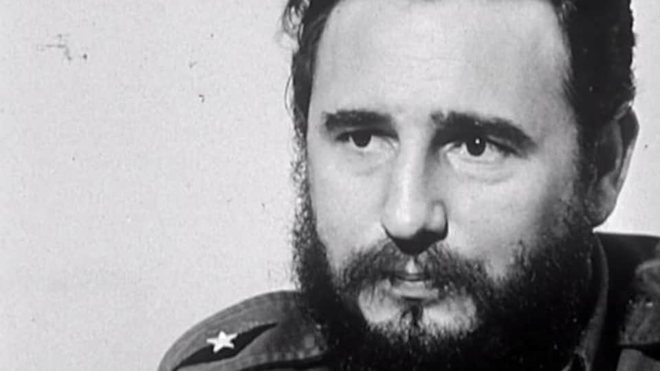 Gros plan sur le visage de Fidel Castro, en entrevue.
