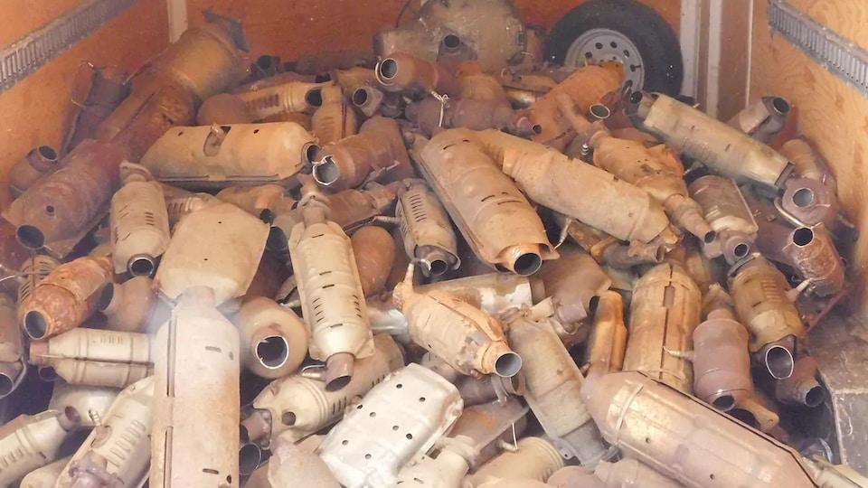 Une remorque contenant une montagne de catalyseurs volés.