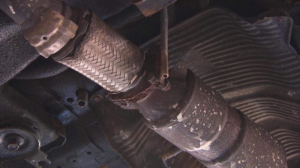 Un catalyseur sous une voiture.